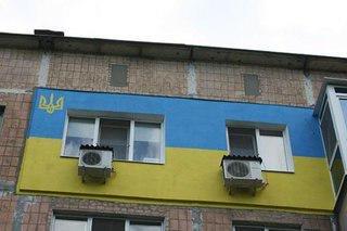 Житель хрущевки в Донецке перекрасил свое утепление в цвета национального флага Украины - House_in_Donetsk_Ukraine_Flag_1.jpg
