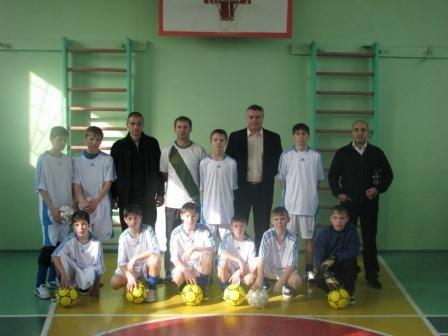 Руслан Николаевич Ферима крайний справа с подарками в родном интернате - IMG_1614.JPG
