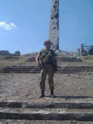 Солдат украинской армии позирует на фоне разрушенного мемориального комплекса - 003.jpg