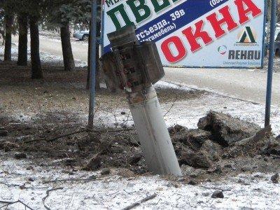 Неразорвавшийся снаряд в Краматорске - Kramatorsk damage.jpg