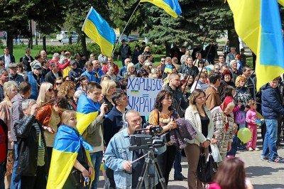 Украинский митинг в Харцызске перед зданием горисполкома, апрель, 2014 год - April,_Khartsyzsk,_Ukraine.jpeg