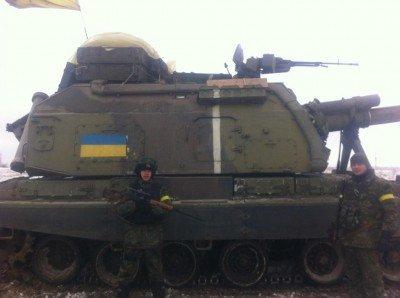 Силовики ВСУ позируют на фоне танка в освобожденном им Светлодарске - силовики-ВСУ-в-Светлодарске.jpg