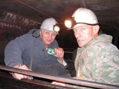 Фотомонтаж: шахтер держит карточку ВБР-банка - finance.jpg