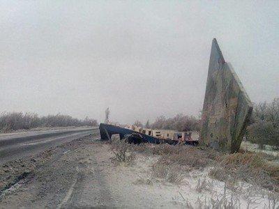 Обломки стелы на въезде в город - Stela-rukhnula-2015.jpg