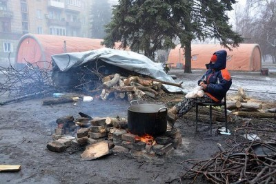 Выжившие греются у костра - Debaltsevo-DonbassForum-03.jpg