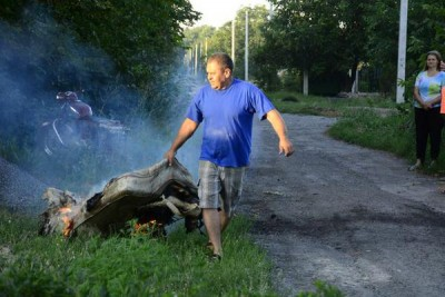 Мужчина тянет горящий матрац - Krasnogorovka_Attack_2.jpg