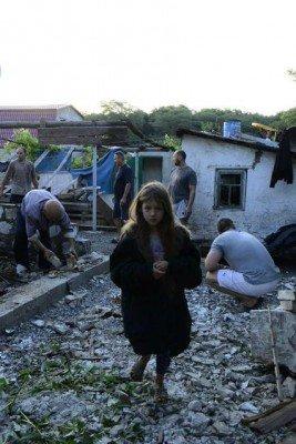 Иногда тяжело смотреть на такие снимки - напуганная девочка на фоне руин - Krasnogorovka_Attack_4.jpg