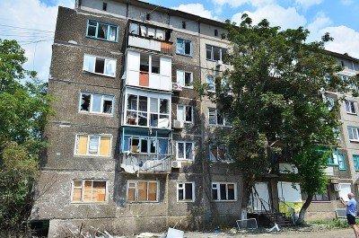 Жилой дом, пострадавший от артобстрела - Krasnogorovka_Donbass_1.jpg