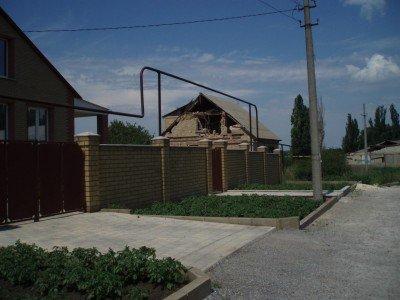Полуразрушенный частный дом, пострадавший от обстрела - Krasnogorovka_Donbass_3.jpg