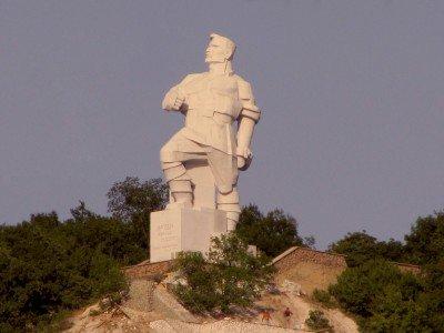 Памятник Федеру Сергееву по крозвищу Артем в Святогорске - Artem-Svyatogorsk.jpg