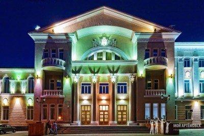 Здание городского центра культуры и досуга в ночное время суток - Artemovsk_Gorodskoy_centr_kultury_i_dosuga.jpg