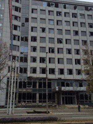 Здание, по-моему, управления связи, стекла выбиты, здание закрыто - Donetsk_Kievsky_Prospekt_2.jpg
