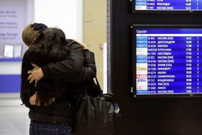 Молодые люди обнялись, чтобы легче было пережить горе - Egypt_Crash_Aerobus_12.jpg