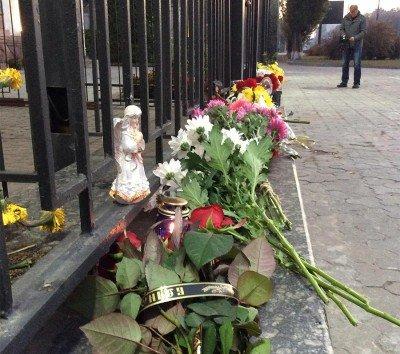 Забор у российского посольства в Киеве - Egypt_Crash_Aerobus_18.jpg