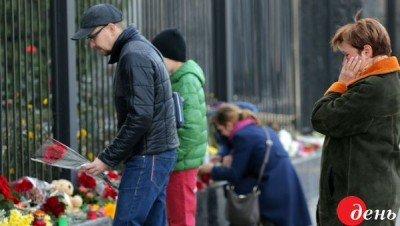 Люди несли цветы весь день - Kiev_Posolstvo_1.jpg