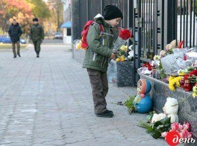 С цветами приходили даже дети - Kiev_Posolstvo_4.jpg