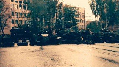 Война в Мариуполе: госпитализированы десять человек с огнестрелами, есть погибшие - Mariupol-barrikady-donforum-net.jpg