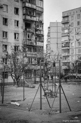 Обстрелянный дом и детская площадка - vate-3.jpg