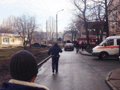 Место падения окружила толпа зевак - lugansk-snaryad.jpg