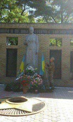 Памятник Родина-мать украшают флаги Украины - krasnogorovka-03.jpg