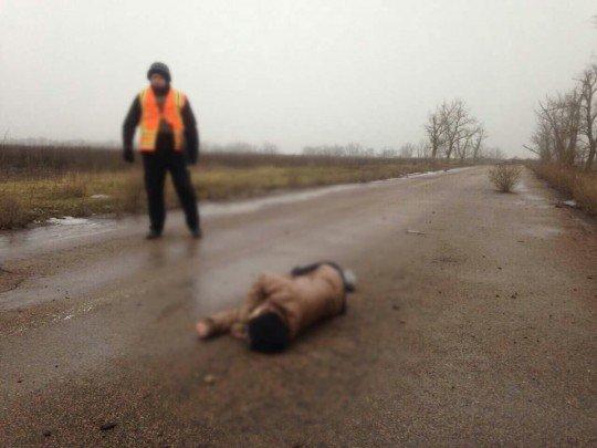 Погибшая девушка лежит прямо на дороге - krasnogorovka-obstrel.jpg