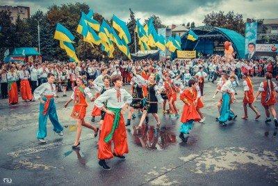 Танцы на главной площади города после возвращения домой с победой - SLAVYANSK-VYSHYVANKY-3.jpg