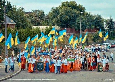 Казачки с флагами прошли улицами Славянска в знак победы - SLAVYANSK-VYSHYVANKY-2.jpg