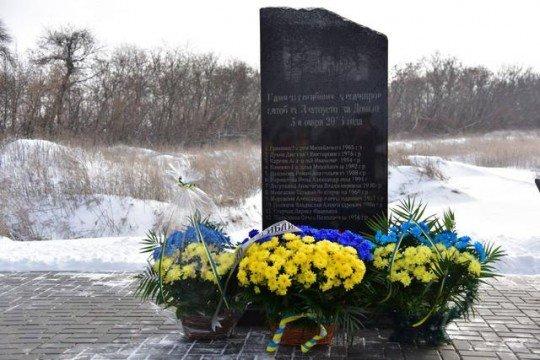 На блокпосту ВСУ под Волновахой под артобстрел попал автобус с пассажирами - Memoryal-Volnovakha (2).jpg