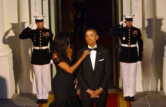 Мишель поправляет бабочку Бараку - Obama (3).jpg