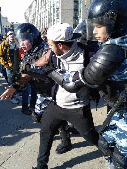 ОМОН помогает парню дойти до автобуса, Москва, Россия, наши дни - deneg-net (2).jpg