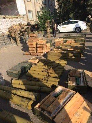 Оружие из Славянского горисполкома - Weapons_from_Slovyansk.jpg