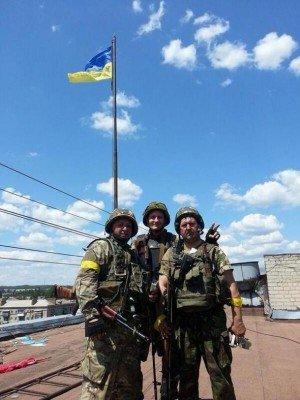 Флаг над Славянском и украинские военные - Flag-Slavyansk.jpg