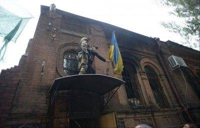 Флаг Украины над зданием СБУ, вывешен лично Олегом Ляшко - Lyashko-Flag-Slavyansk-1.jpg