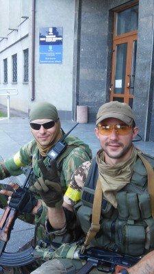 Солдаты нацгвардии отдыхают у входа в горисполком - Popasnaya-04.jpg