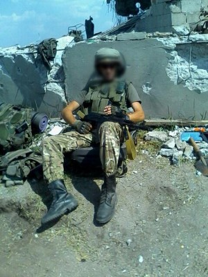 Солдат у руин постамента - 002.jpg