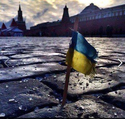 Прапор України біля кремля - Bh03Rq-CcAAW7gx.jpg