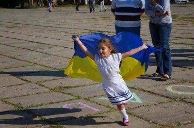 Девочка с украинским флагом - 340m9vur04089r.jpg