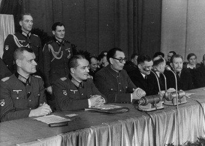 Генералы Русской Освободительной Армии на съезде Комитета Освобождения Народов России в Праге. Тот, что справа от Власова, явно шкирится - KONR.jpeg